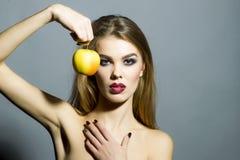 Anziehende sinnliche Frau mit Apfel Lizenzfreies Stockfoto