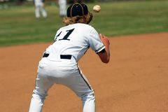 Anziehender Ball auf erster Base lizenzfreie stockbilder