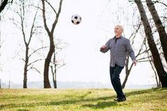 Anziehender Ball des netten reifen Mannes lizenzfreie stockbilder