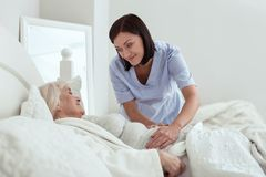 Anziehender froher Krankenschwestereinstellungs-Schmerzbereich stockbilder