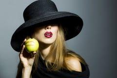 Anziehendes blondes Mädchen mit Apfel Lizenzfreies Stockfoto