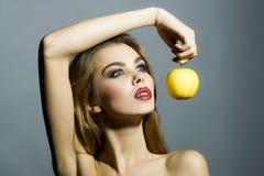 Anziehendes sexy Mädchen mit Apfel Lizenzfreies Stockfoto