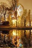 Anziehungskraft das Riesenrad mit Lichtern im Nachtvergnügungspark stockfotografie