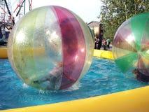 Anziehungskraft in den Bällen auf Wasser Stockbild