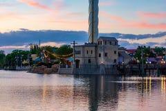 Anziehungskraft des belichteten Dockside- und Sky Tower-Geb?udes auf buntem Sonnenunterganghintergrund bei Seaworld im internatio stockfotografie