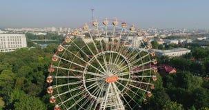 Anziehungskraft Riesenrad herein Unterhaltungsstadtpark von Minsk Weißrussland, Luftbrummenansicht, Wohngebietsommermorgen stock video