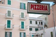 ANZIO, ITALIEN - 19. MÄRZ 2018: Nahaufnahme schoss vom Pizzeriaschild, das vor europäischen Gebäuden, Anzio, Italien hängt lizenzfreie stockbilder