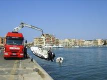 Anzio schronienie, południe Rzym, Włochy - obniżający łódź motorowa przygotowywającą dla niektóre lato zabawy w Śródziemnomorskim zdjęcie royalty free