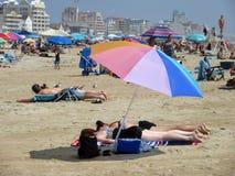 Août à la plage dans la ville d'océan images libres de droits