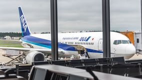 18 août 2017 : Aéroport international de Narita, Tokyo, Japon-avion de ligne à réaction à la porte de chargement Image libre de droits