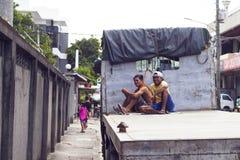 5 août 2017, Dumaguete, Philippines : deux travailleurs sur la plate-forme commerciale de camion Images stock