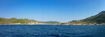 7 août 2018 La vue panoramique de Vathi ou de Vathi de Vathy ou gauche est le port capital et principal de l'île d'Ithaca dans
