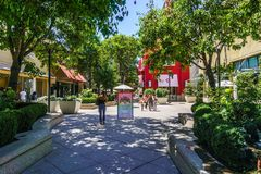 2 août 2018 Palo Alto/CA/Etats-Unis - marchant par le centre commercial de Stanford d'air ouvert, région de San Francisco Bay images libres de droits