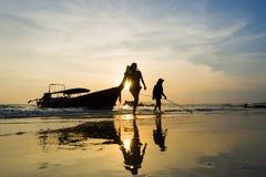 Ao的Nang人们靠岸在日落 图库摄影