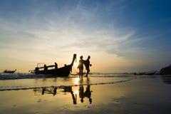 Ao的Nang人们靠岸在日落 库存图片