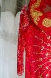 Ao戴和白色婚礼礼服 免版税库存图片
