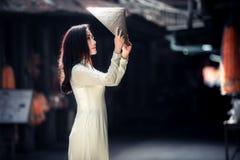 ao戴越南传统礼服的越南妇女 免版税图库摄影