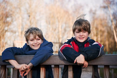 Ao ar livre retrato de dois irmãos felizes novos Fotografia de Stock Royalty Free