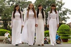 AO DAI - Trachtenkleid von vietnamesischen Frauen lizenzfreie stockfotografie