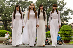 AO DAI - vestido tradicional de mujeres vietnamitas Fotografía de archivo libre de regalías