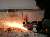 Aço do corte do trabalhador da indústria pesada com moedor de ângulo Fotografia de Stock Royalty Free