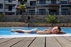 Ao lado da piscina Fotografia de Stock Royalty Free