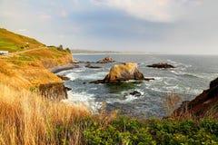 Ao longo da costa de Oregon: Praia natural proeminente principal do godo de Yaquina fotos de stock