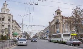 Ao longo dos carros e dos pedestres moventes de Bolshaya Sadovaya da rua Imagens de Stock Royalty Free