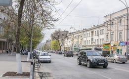 Ao longo dos carros e dos pedestres moventes de Bolshaya Sadovaya da rua Fotografia de Stock