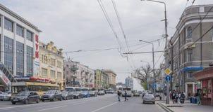 Ao longo dos carros e dos pedestres moventes de Budennovsky da avenida Fotografia de Stock