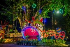 AO NANG,泰国- 2018年2月09日:五颜六色的结构室外看法与庆祝汉语的光和装饰品的 库存照片