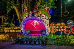 AO NANG,泰国- 2018年2月09日:五颜六色的结构室外看法与庆祝汉语的光和装饰品的 免版税图库摄影
