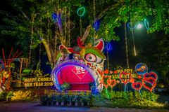 AO NANG,泰国- 2018年2月09日:五颜六色的结构室外看法与庆祝汉语的光和装饰品的 图库摄影