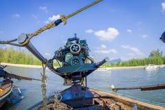 AO NANG,泰国- 2018年2月09日:关闭在一条长尾巴小船的汽船有被弄脏的自然背景 免版税库存图片