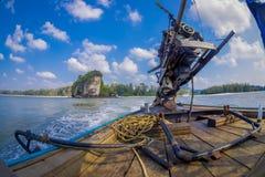 AO NANG,泰国- 2018年2月09日:关闭在一条长尾巴小船的汽船有被弄脏的自然背景 图库摄影