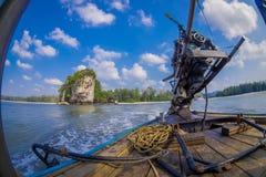 AO NANG,泰国- 2018年2月09日:关闭在一条长尾巴小船的汽船有被弄脏的自然背景 库存图片