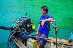 AO NANG,泰国- 2018年3月05日:关闭小船的未认出的人接近有一块华美的绿松石的一个马达 库存图片