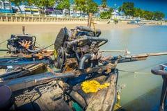 AO NANG,泰国- 2018年2月09日:关闭汽船的细节在一条长尾巴小船的有被弄脏的自然的 免版税图库摄影