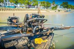 AO NANG,泰国- 2018年2月09日:关闭汽船的细节在一条长尾巴小船的有被弄脏的自然的 免版税库存图片