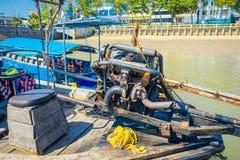 AO NANG,泰国- 2018年2月09日:关闭汽船的细节在一条长尾巴小船的有被弄脏的自然的 库存照片