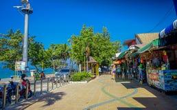 AO NANG,泰国- 2018年3月19日:在本机的旅游购物购物在Ao Nang海滩前面市场上 Ao Nang海滩前面 免版税图库摄影