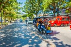 AO NANG,泰国- 2018年3月19日:室外观点的在一辆摩托车里面的未认出的游人在街道接近 免版税库存照片