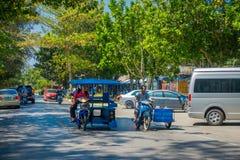 AO NANG,泰国- 2018年3月19日:室外观点的在一辆摩托车里面的未认出的游人在街道接近 库存照片