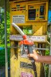 AO NANG,泰国- 2018年2月09日:拿着汽油汽油的手室外看法一台分配器自动售货机在 免版税库存图片