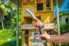AO NANG,泰国- 2018年2月09日:拿着汽油汽油的手室外看法一台分配器自动售货机在 免版税图库摄影