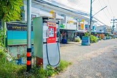 AO NANG,泰国- 2018年2月09日:生锈的自动售货机室外看法汽油汽油的在北碧 库存图片