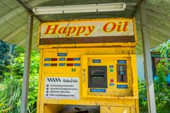 AO NANG,泰国- 2018年2月09日:自动售货机室外看法汽油汽油的在北碧,泰国 库存照片