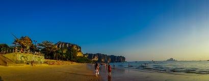 AO NANG,泰国- 2018年3月05日:走在与一座山的海滩的未认出的人民全景在 图库摄影