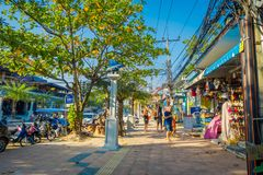AO NANG,泰国- 2018年3月19日:走接近地方商店的游人在Ao Nang使前面市场靠岸 Ao Nang海滩 库存照片