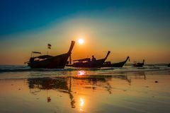AO NANG,泰国- 2018年3月05日:钓鱼在日落期间的泰国小船美好的室外看法在Po da海岛, Krabi 库存照片